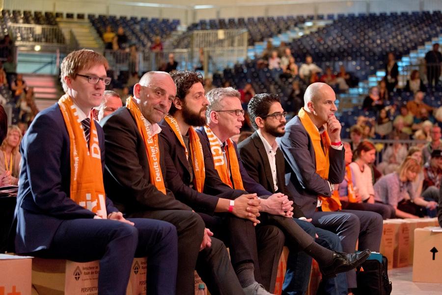Dawood Nazirizadeh auf dem Deutschen Evangelischen Kirchentag mit Lothar de Maiziere und anderen