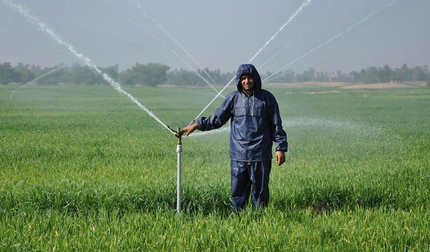 Wasserwirtschaft: Bauer bei der Bewässerung seines Feldes