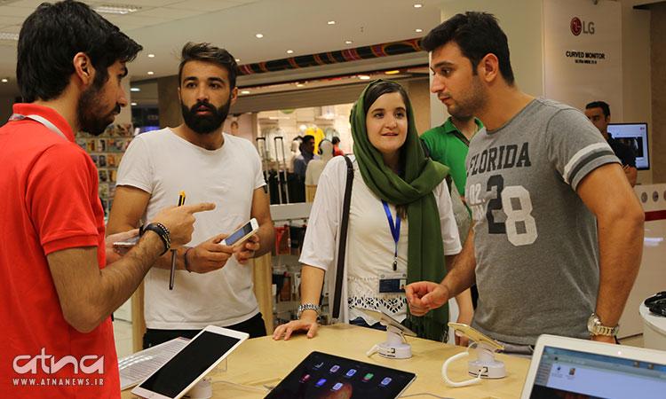 Shopping in Iran: junge Leute betrachten Tablet-Computer