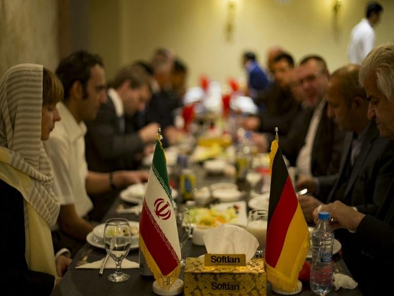 Reise nach Iran: Wirtschaftsdelegation beim Abendessen mit iranischen Gästen